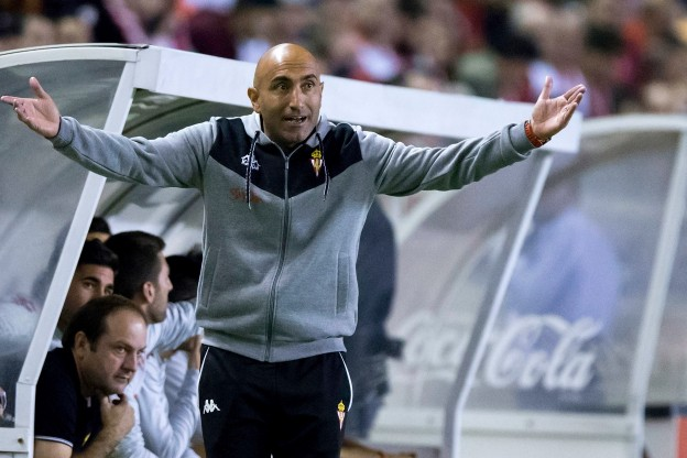 Abelardo Fernandez gives his players instructions