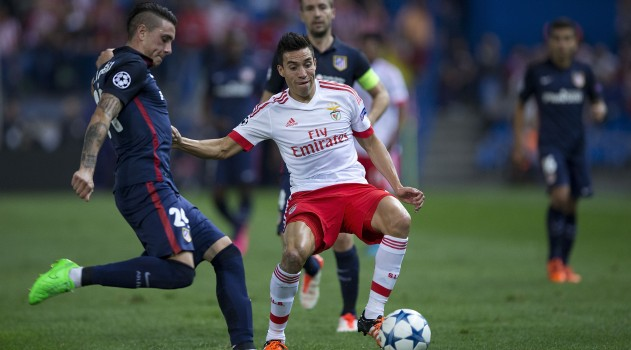 Gaitán challenges Giménez for the ball