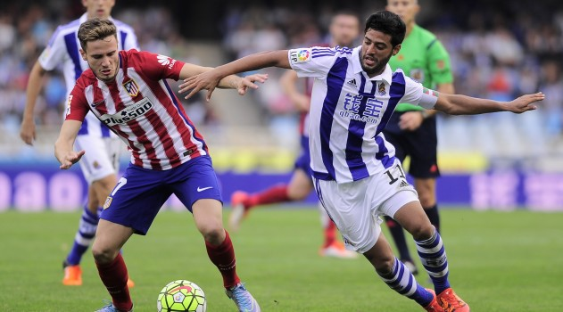 Saúl locks horns with Carlos Vela in midfield