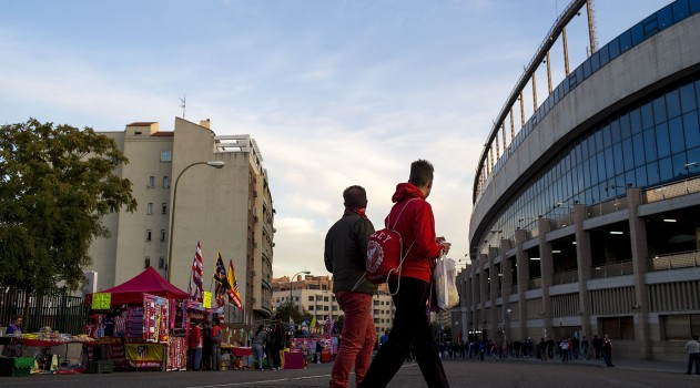 Atlético fans arrive for tonight's match against Valencia