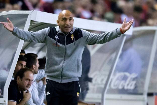 Abelardo Fernandez gives his players instructions
