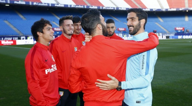 Raúl García meets his former teammates (pic: @atletienglish)