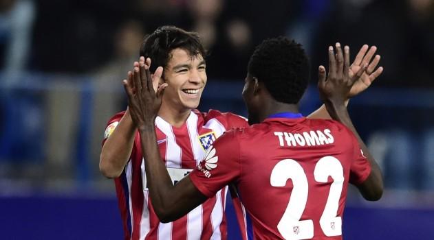Óliver celebrates a goal against Reus with Thomas Partey