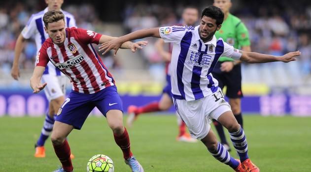 Saúl locks horns with Carlos Vela in midfield